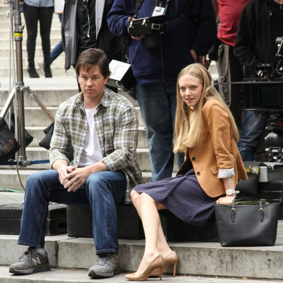 Amanda-Seyfried-Mark-Wahlberg-Ted2_kiss