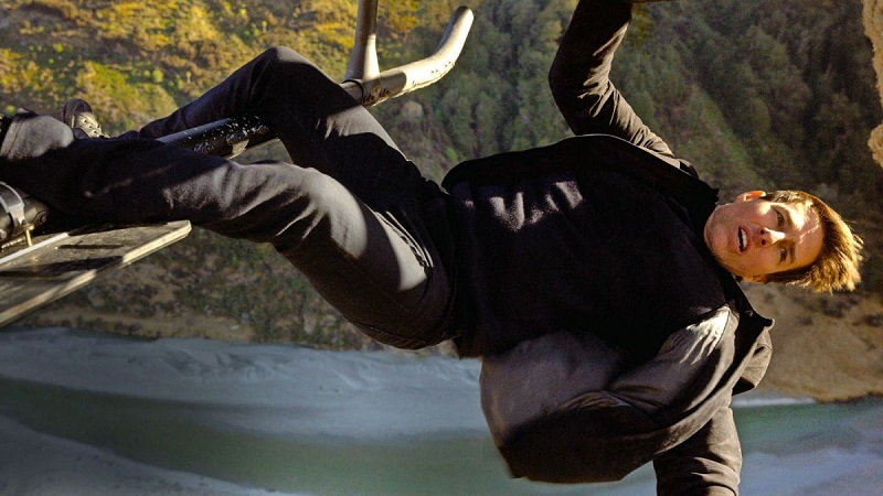 Tom-Cruise-flying-helicopter-in-Mission-Impossible-Fallout-00